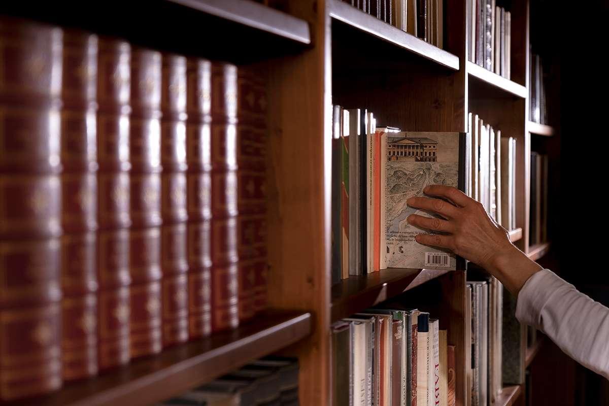 Un libro grande come il palmo di una mano